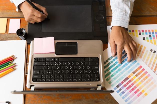 Графический дизайнер с использованием цифрового планшета Premium Фотографии