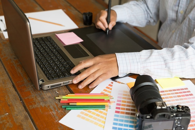 Внештатный графический дизайнер с использованием цифрового планшета Premium Фотографии