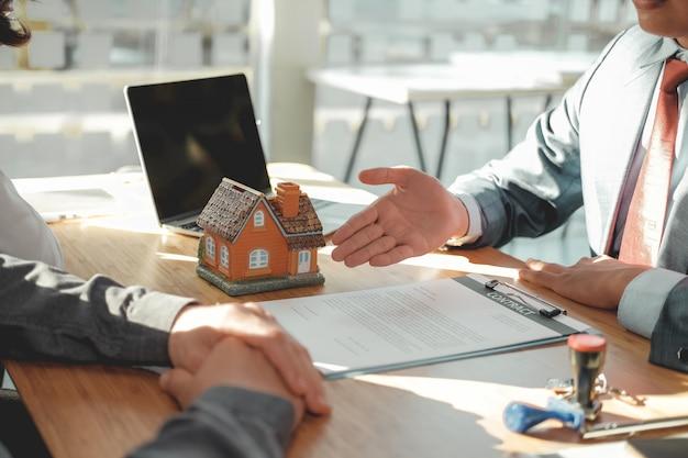 Адвокат страховой брокер консалтинг дает юридическую консультацию пару клиентов о покупке дома. финансовый консультант с договором об ипотечном кредитовании. риэлтор, продающий недвижимость Premium Фотографии