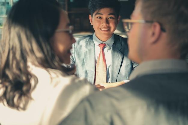 Пара консультируюсь с юристом по поводу покупки арендованного дома автомобиля. финансовый консультант страхового брокера, дающий юридическую консультацию клиенту Premium Фотографии
