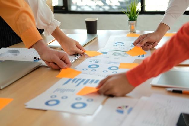 会議でパフォーマンス収益について議論するビジネス人々 Premium写真