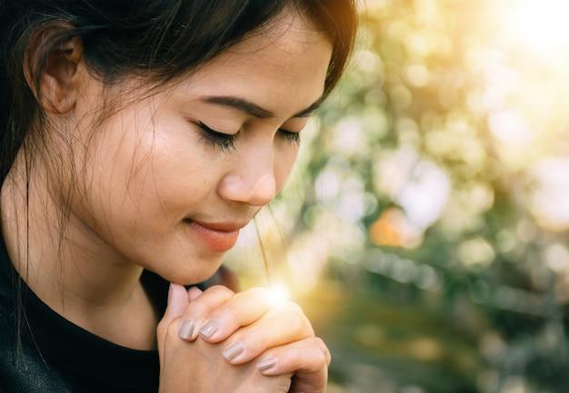 祈りに座っている美しい女性。 Premium写真