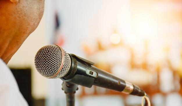 Ведущий открывает речь с микрофоном. Premium Фотографии
