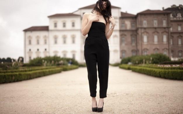 黒のドレスでポーズ女 無料写真