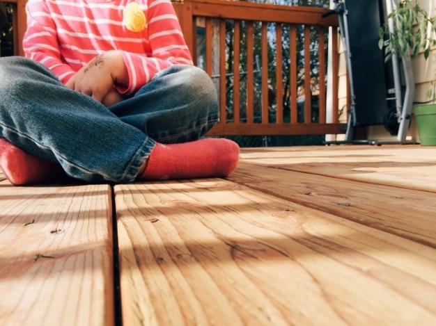 木製の床に座っガール 無料写真