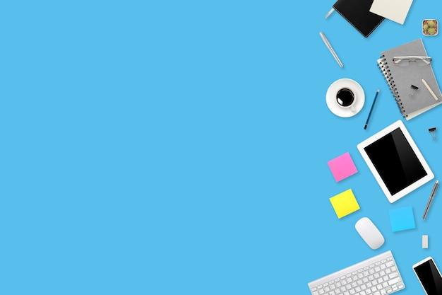 ラップトップコンピューター、コーヒーカップ、携帯電話の背景を持つフラットレイアウトまたはトップビューワークスペースオフィスブルーデスク Premium写真