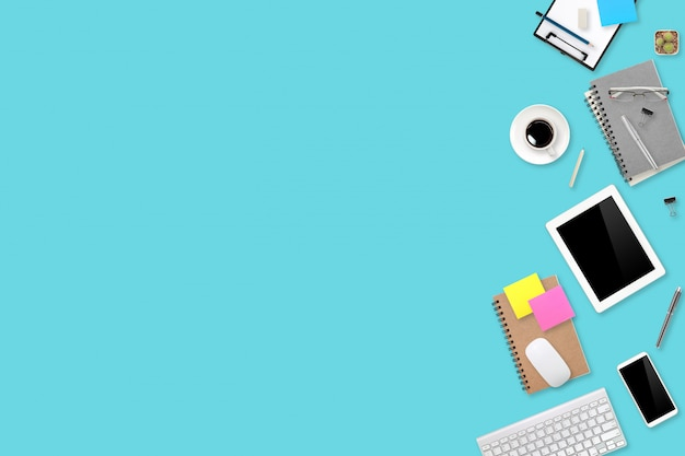 Плоский лежал или вид сверху рабочей области офиса зеленый стол с ноутбуком, чашкой кофе и телефоном, используя для бизнес фон Premium Фотографии