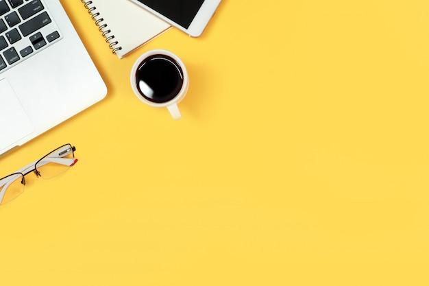 黄色のラップトップコンピューターを持つテーブルをウォーキング Premium写真