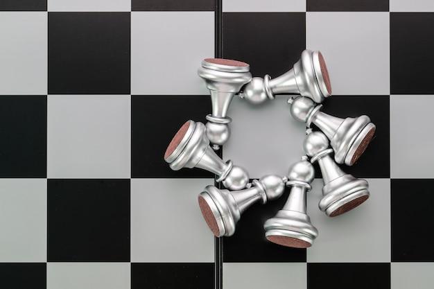 経営戦略のチェスボードゲームのアイデア Premium写真