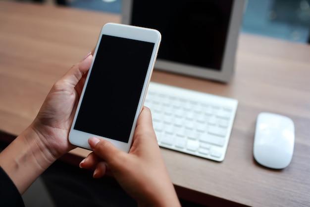 Руки коммерсантки используя таблицу и сотовый телефон Premium Фотографии