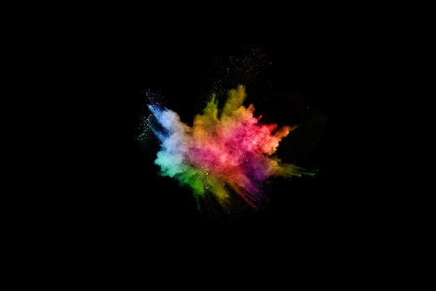 Абстрактный цветной взрыв пыли на черном фоне. Premium Фотографии