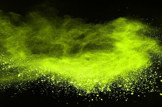 Остановить движение порошкообразного зеленого на черном фоне. Premium Фотографии