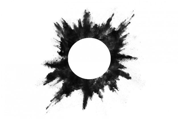 Крупный план черных частиц пыли взрывает изолированный на белизне. Premium Фотографии