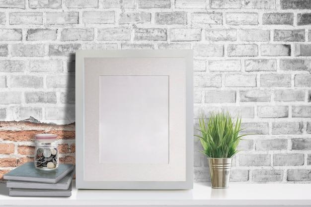 白いテーブルの上のモックアップ空白の木製の写真フレーム Premium写真