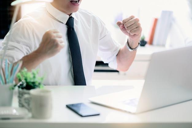Счастливый бизнесмен с концепцией успеха и радости. Premium Фотографии