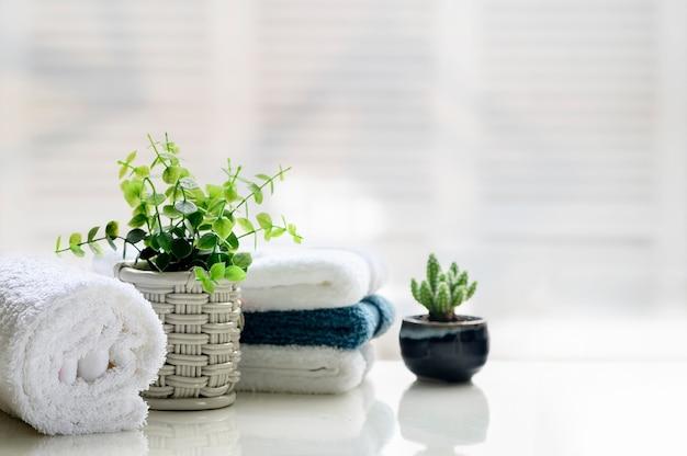 コピースペースを持つ白いトップテーブルに白いタオル。 Premium写真