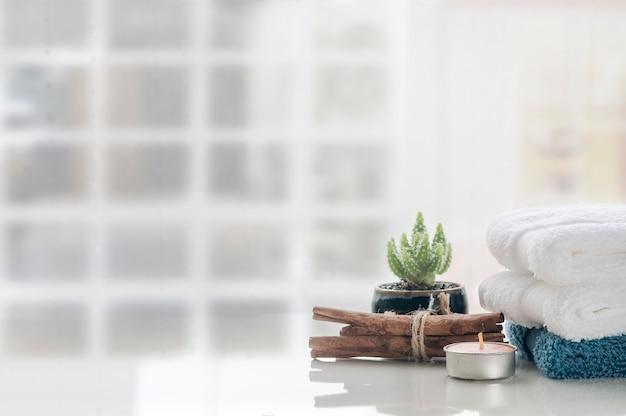 Стог чистых полотенец на белой предпосылке таблицы, космосе экземпляра. Premium Фотографии