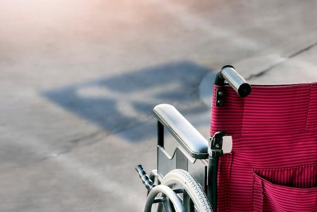 Инвалидная коляска на парковочных местах для инвалидов. Premium Фотографии