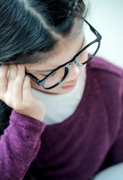 研究によって強調された若い学生の女の子 Premium写真
