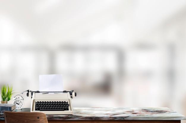 リビングルームのインテリアの背景に大理石のテーブルの上にモックアップタイプライター Premium写真