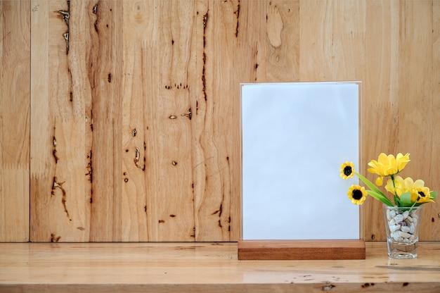 テキスト用のスペースとテーブルの上の白いラベル。メニュー用アクリルテントカード用スタンド Premium写真