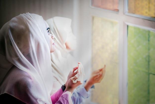 Красивые женщины-мусульманки молятся о божьих благословениях и прощении духовности. Premium Фотографии