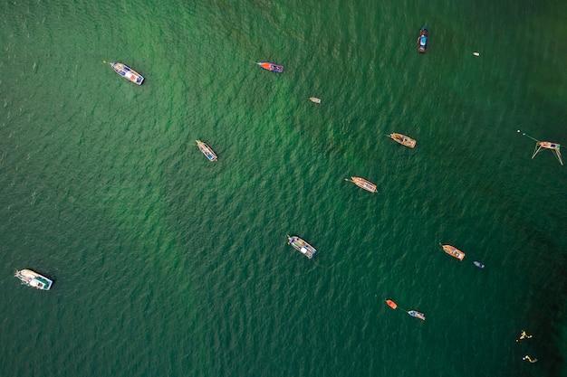 漁船と緑の海の空撮にロングテールボート Premium写真