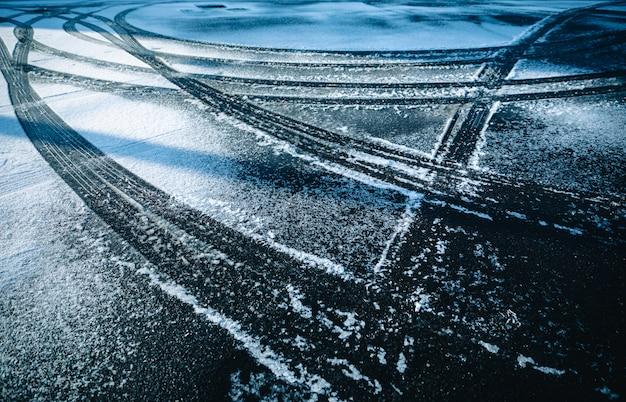 雪のシーズン冬の背景の要約に車のホイール Premium写真