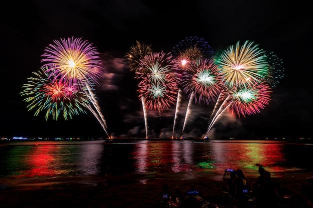 Торжества фейерверк ночью на море паттайя город таиланд Premium Фотографии