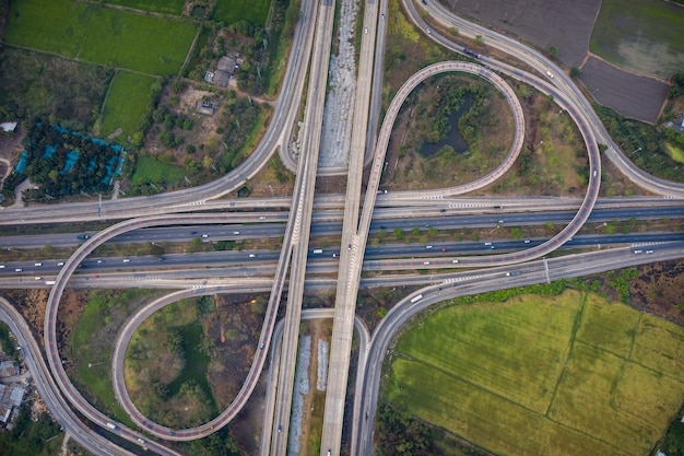Аэродромные развязки, автострады и автострада, соединяющая кольцевую дорогу Premium Фотографии