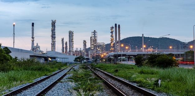 夕方に手前の鉄道と産業の石油とガスの生産プラント Premium写真