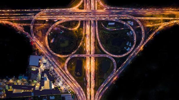 夜空撮で抽象的な背景環状道路 Premium写真