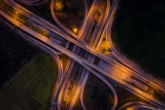 タイの夜間環状道路とインターチェンジ高速道路が街を結ぶバイパス Premium写真