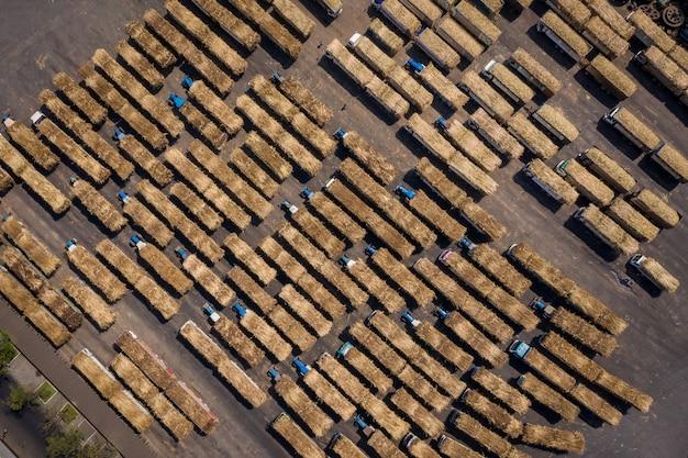 製糖工場業界での砂糖の輸出入を待っているサトウキビトラック Premium写真