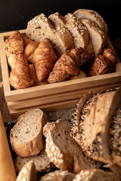 木製のテーブルの上のパン屋さん Premium写真