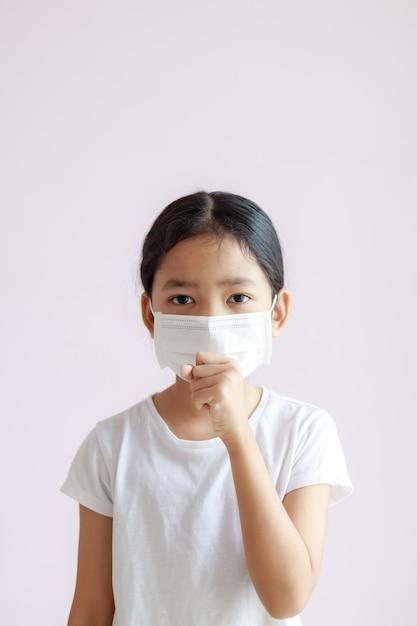 アジアの少女の肖像画は、生理用ナプキンと咳を着ています。 Premium写真