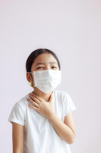 子供は保護医療マスクを着用します Premium写真