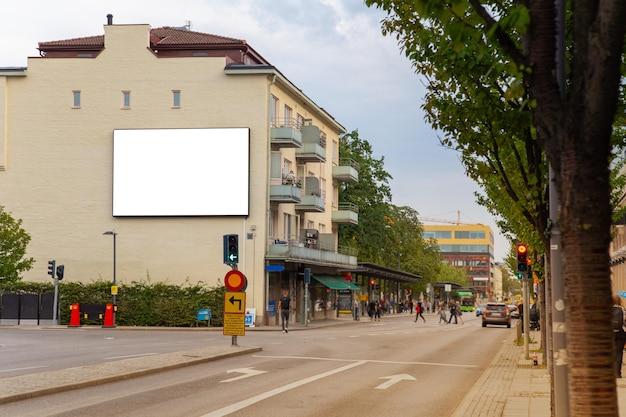 空白の看板は、テキストメッセージやコンテンツのための都市の道を模擬します。 Premium写真