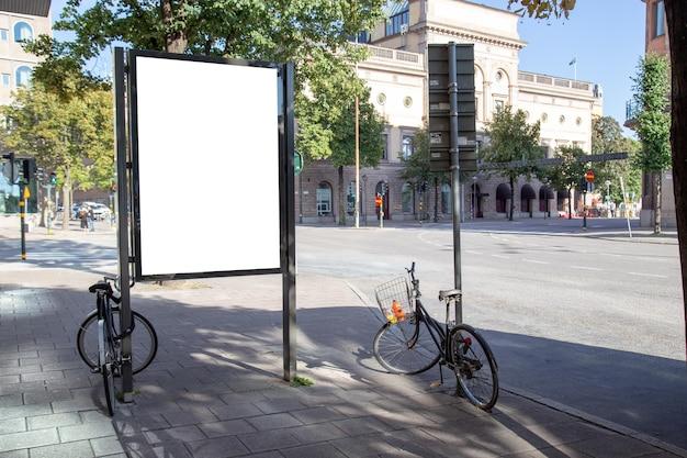 空白の看板は、テキストメッセージやコンテンツのための都市を嘲笑。 Premium写真