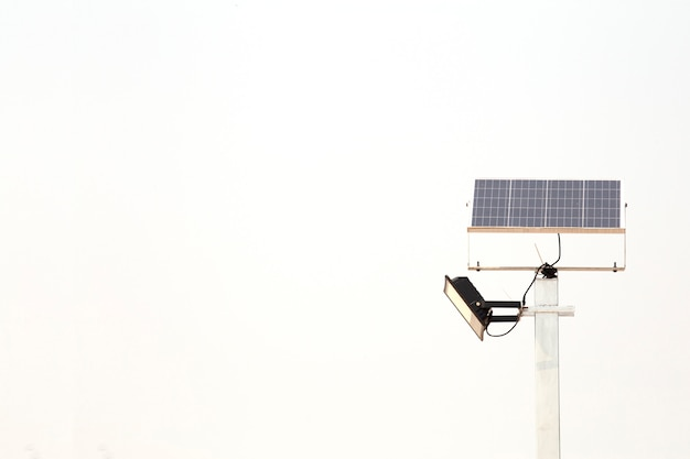 Поляк электрического фотоэлемента изолированный на белой предпосылке. альтернативная энергетика. Premium Фотографии