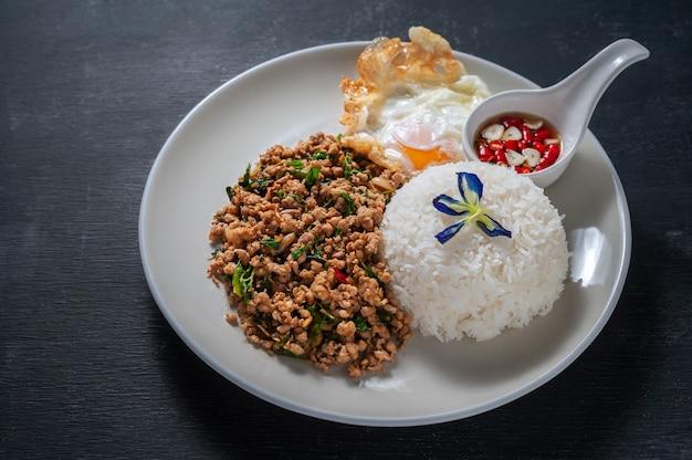 木の上に豚肉とバジルを炒めたご飯。タイ料理 Premium写真