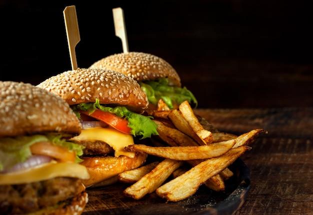 木の板においしい新鮮な自家製ハンバーガー Premium写真