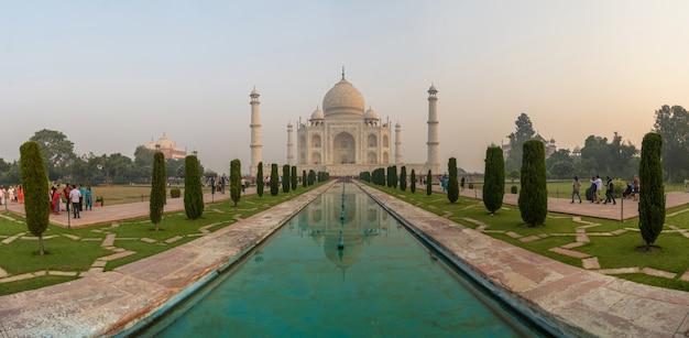 反射、アグラ、インドと日の出の光でタージマハルのパノラマビュー Premium写真