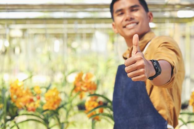 オーキッドガーデンビジネスのオーナーは、投資を受けた後、彼の成功に満足しています。 Premium写真
