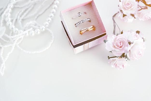 白い結婚指輪はピンク、バラは花嫁 Premium写真
