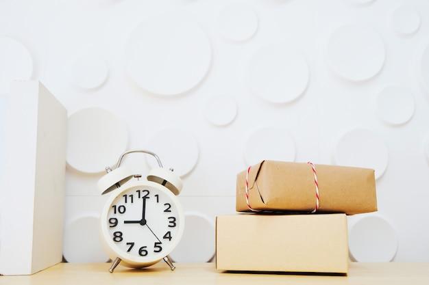 時計のボックスは、白い背景のテーブルに配置されます。 Premium写真