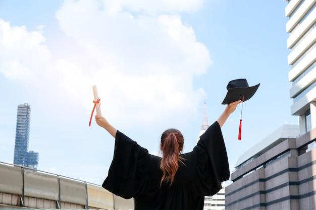 アジアの女の子は卒業して学位を取得しました。 Premium写真