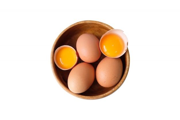 木製の弓に置かれた有機卵 Premium写真