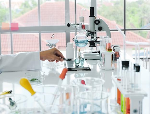 男性科学者および実験室実験 Premium写真