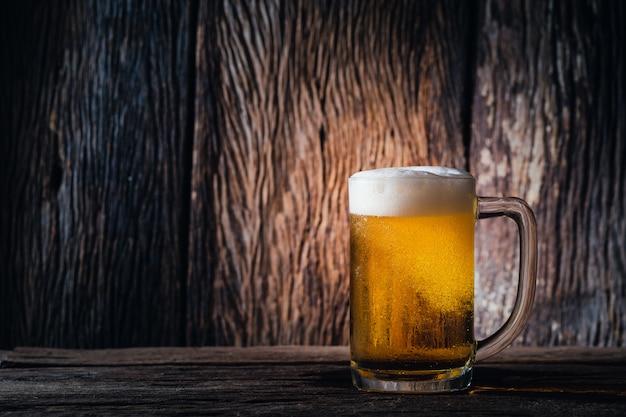木の上のガラスビール Premium写真